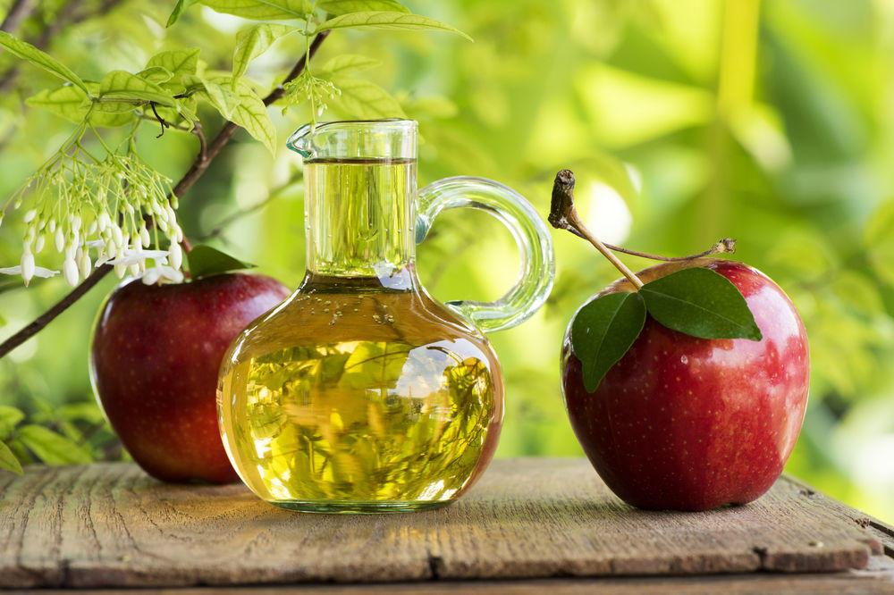 dvije jabuke i jabukovo sirće.