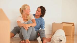 čovjek i žena sjede na podu