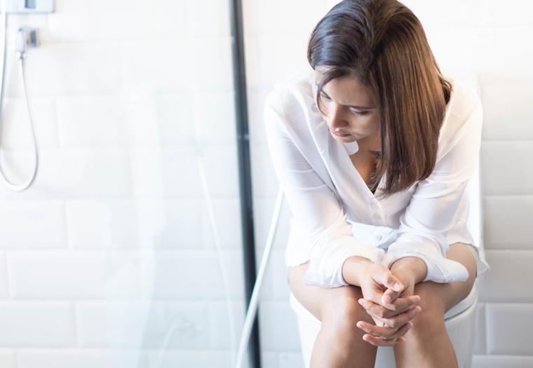 žena sjedi.