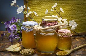 četiri tegle meda sa cvijećem.